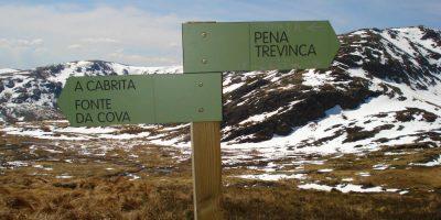 Flechas de una de las rutas de senderismo por los Montes de Trevinca que nos llevan a coronar la cumbre más alta de Galicia
