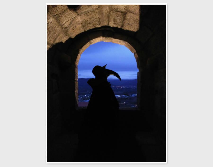 El Doctor Peste se pasea por el Castillo de Monterrei en una visita teatralizada