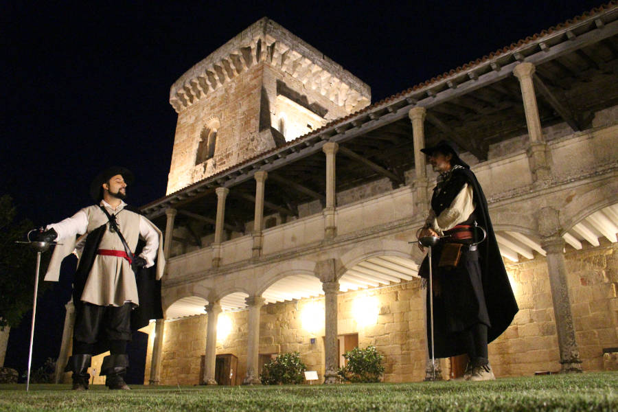 Espadachines del siglo XVII bajo la torre del castillo de Monterrei en una visita teatralizada