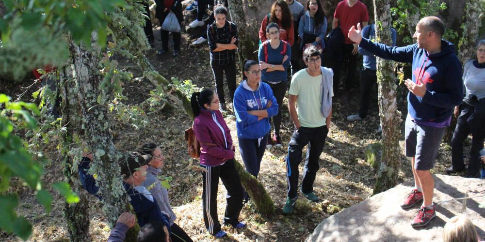 Un grupo de personas escucha las indicaciones de Adolfo Fernández, del Grupo de Estudos de Arqueoloxía, Antigüidade e Territorio (GEAAT) de la Universidade de Vigo, sobre el yacimiento del Castelo de Todea en San Salvador dos Penedos (Allariz)