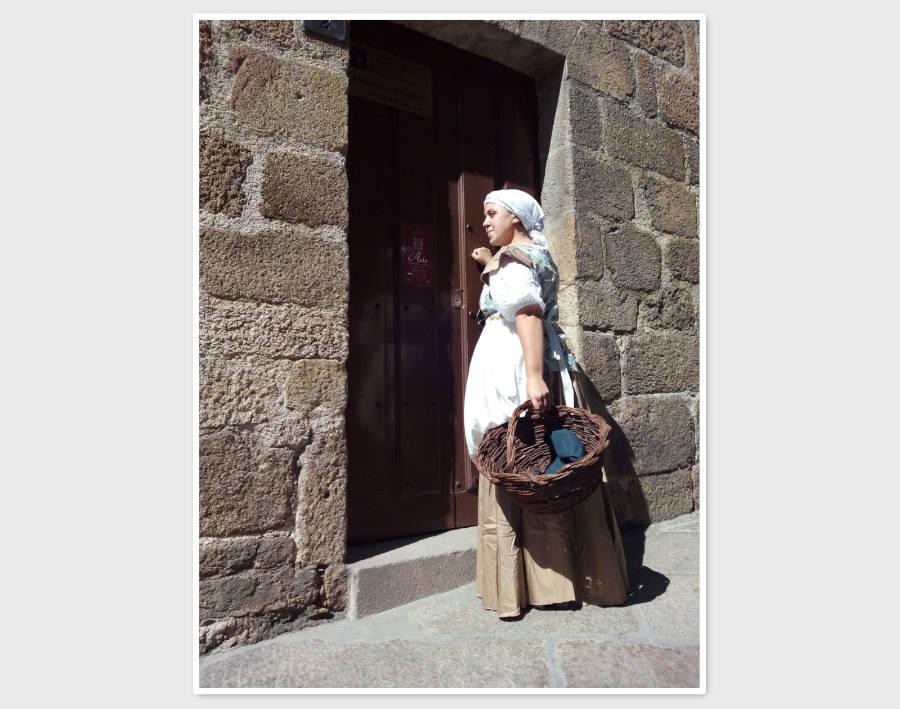 Una lavandera del siglo XIX entra en el Arquivo Provincial de Ourense, en una visita teatralizada realizada por Xeitura