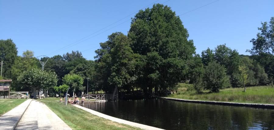 Piscina y zona verde del área fluvial do río Orille, en el Concello de A Bola (Ourense)