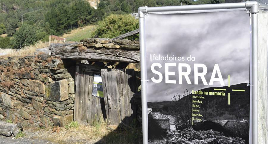 Cartel de uno de los Faladoiros da Serra realizado por Xeitura en torno a la memoria y los valores de la Serra de San Mamede, junto a un antiguo muro de la aldea de Porto (Vilar de Barrio, Ourense)