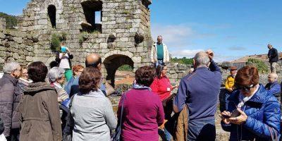 Grupo de personas en visita guiada al castillo de Ribadavia (Ourense) con la guía oficial de Xeitura